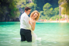 Blonde Braut und hübscher Bräutigam Lizenzfreie Stockfotos