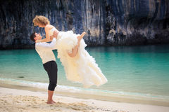 Blonde Braut und hübscher Bräutigam Stockbilder