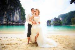 Blonde Braut und hübscher Bräutigam Stockbild
