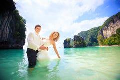 Blonde Braut und hübscher Bräutigam Lizenzfreies Stockfoto