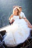 Blonde Braut und hübscher Bräutigam auf Boot Stockbilder
