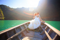 Blonde Braut und hübscher Bräutigam auf Boot Lizenzfreie Stockfotos