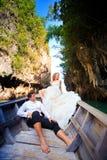 Blonde Braut und hübscher Bräutigam auf Boot Lizenzfreies Stockbild