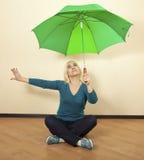 Blonde brillante con el paraguas verde Fotos de archivo libres de regalías
