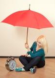 Blonde brillante con un paraguas rojo grande Fotografía de archivo