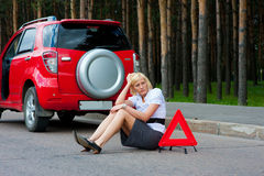 Blonde and broken car Royalty Free Stock Photos