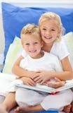 Blonde Bruder- und Tochterlesebücher Stockbild