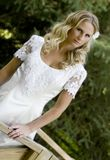 Blonde bruid in witte kleding Stock Foto's
