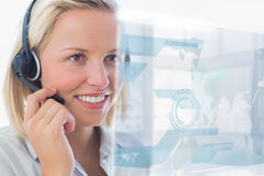Blonde Call-Center-Arbeitskraft, die futuristische ganz eigenhändig geschriebe Schnittstelle verwendet Stockbild