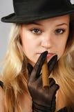 Blonde in cappello con il sigaro fotografie stock libere da diritti