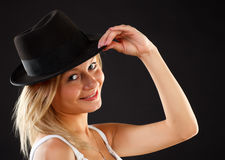 Blonde in cappello nero. Fotografia Stock