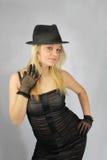 Blonde in cappello in retro stiletto fotografia stock
