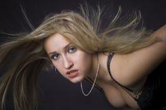 Blonde com cabelos longos do flapping Foto de Stock Royalty Free