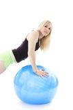 Blonde com esfera do exercício Fotos de Stock