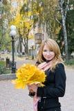 Blonde com o ramalhete das folhas amarelas Foto de Stock
