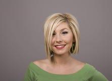 Blonde com sorriso e cabelo desarrumado imagem de stock