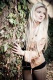 Blonde con el árbol imagenes de archivo