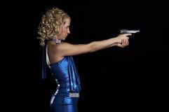 Blonde con el arma Foto de archivo libre de regalías