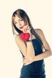 Blonde con el corazón rojo en sus manos Fotos de archivo libres de regalías