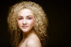 Blonde con el pelo rizado Imagenes de archivo