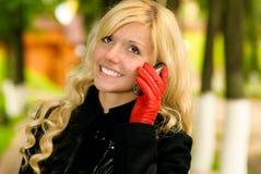 Blonde con el teléfono móvil Fotos de archivo