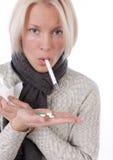 Blonde con el termómetro y las píldoras Fotografía de archivo