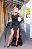 Blonde con el vestido negro Imagenes de archivo