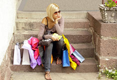 Blonde con i sacchetti fotografia stock libera da diritti