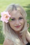 Blonde con il fiore in capelli Fotografia Stock Libera da Diritti