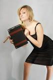 Blonde con il sigaro e il valise fotografie stock libere da diritti