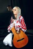 Blonde con la guitarra Fotos de archivo libres de regalías