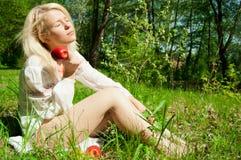 Blonde con la mela rossa Immagine Stock