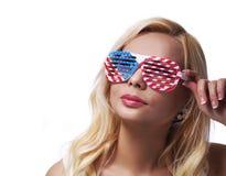 Blonde con las gafas de sol de las banderas americanas Imagen de archivo