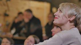 Blonde con los labios rojos que ríe en la demostración cómica almacen de metraje de vídeo