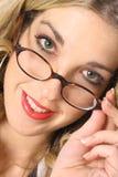 Blonde con los ojos hermosos en vidrios Fotos de archivo