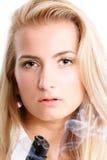 Blonde con un arma Foto de archivo libre de regalías