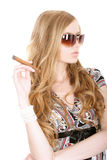 Blonde con un cigarro Foto de archivo