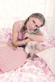 Blonde con un gatto immagine stock libera da diritti