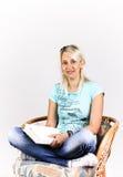 Blonde con un libro Fotografie Stock Libere da Diritti