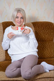 Blonde con una taza Fotos de archivo