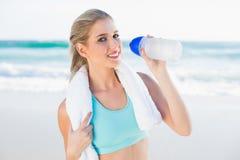 Blonde convenable de sourire en eau potable de vêtements de sport image libre de droits