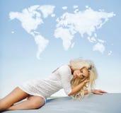 Blonde dünne Dame mit der Wolkenwelt oben Stockbild