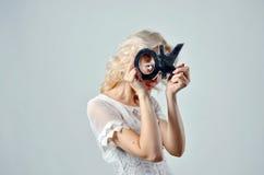Blonde dünne Frau mit OKAYzeichen Stockfoto