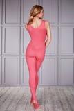 Blonde d'athlète de gymnaste de femme la belle s'est habillée dans un costume spécial pour l'habillement bien ajusté de sport de  photos libres de droits