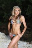 Blonde dame in bikinirivier Stock Afbeelding