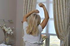 Blonde Dame in der Haltung für das Aufwecken Stockfotografie