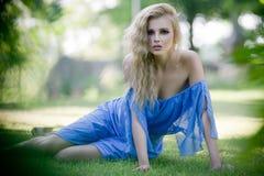 Blonde Dame der Schönheit im Garten Lizenzfreie Stockfotos
