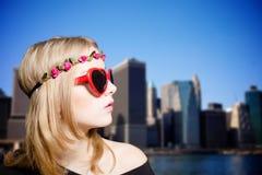 Blonde Dame in der Sonnenbrille und in der Blumenleiste an Lizenzfreie Stockbilder