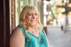 Blonde Dame des Transgenders, die draußen lächelt Stockbild