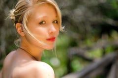 Blonde Dame, die über einer Brücke sich lehnt Lizenzfreie Stockbilder